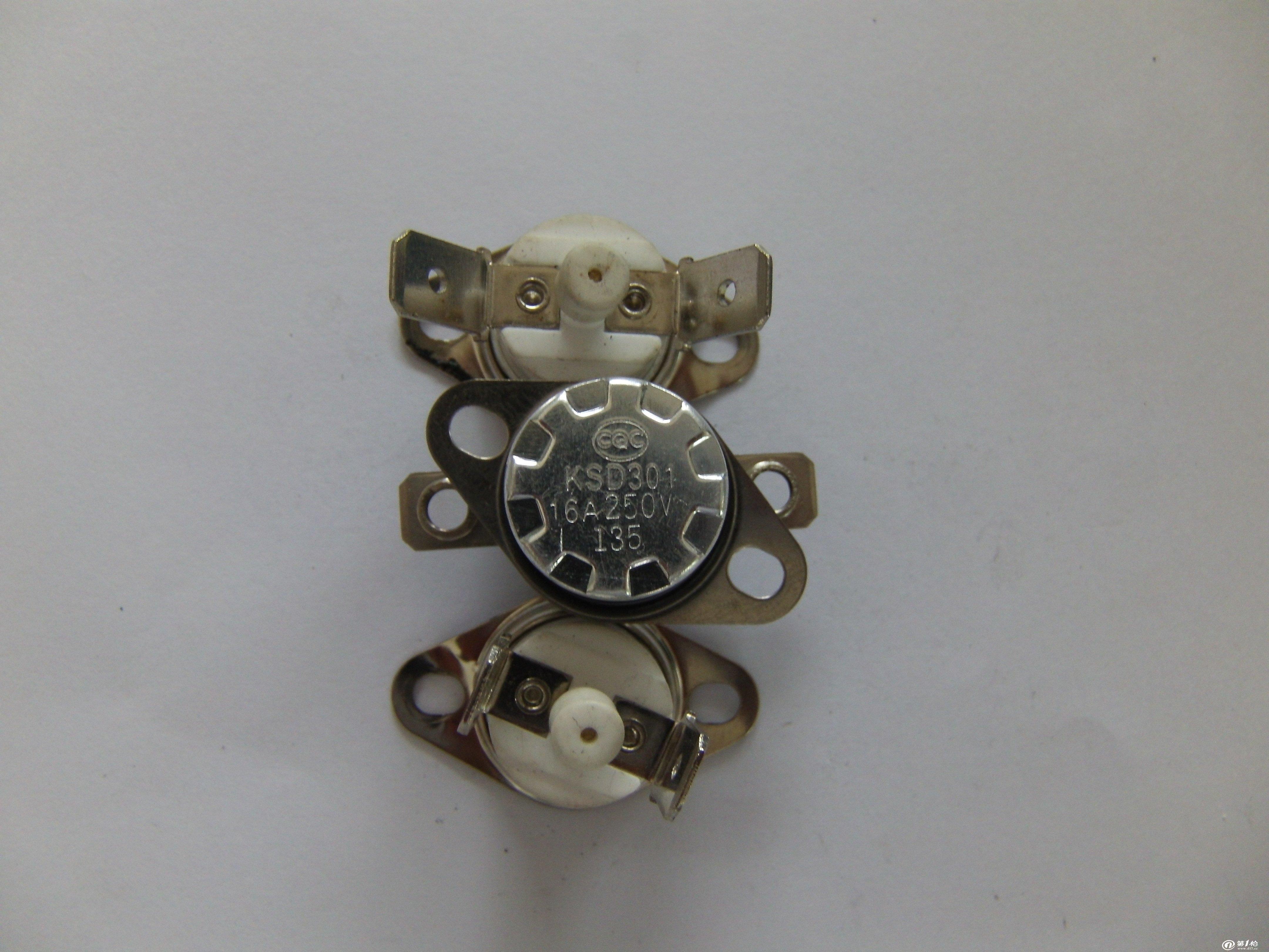 专业生产突跳式的温控器 KSD301,KSD302,KSD303,KSD304,KSD305,KSD306,,双金属片温控器是一种将定温后的双金属碟片作为热敏感反应元件,当温度增高时所产生的热量传递到双金属碟片上,达到预定温度值时迅速动作,通过机构的作用使触点断开或闭合,当温度下降到复位温度设定时,双金属碟片便迅速恢复,使触点闭合或断开,达到接通或断开电路的目的,从而控制电路。其主要特点有:工作温度固定、动作可靠干脆、不拉弧、使用寿命长、性能可靠,结构紧凑,功能齐全,价格低廉等。它主要应用于电路需随温度变