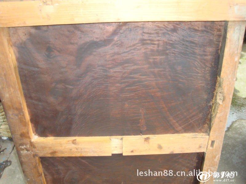 金丝楠木板材上面有自然的虎皮花纹和山水纹路