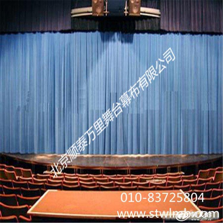 大幕:舞台主要机械幕布;它主要用于演出开始和结束的启闭,有时也用作场幕使用。类型有对开式、升降式、串帘式、均匀式等。 檐幕:大幕前上台口的横幕,用它作为舞台上檐的假台口,挡住观众对舞台上空的视线,它与大幕形成配套,因而衬托了大幕的美观。类型有升降式,固定式等。 二、三道幕:用于各种表演形式的独唱、演唱、独奏等,在各种戏剧、戏曲的片段中,利用二、三道幕的启、闭更换布景和道具。类型有启闭式、升降式、串帘式、均匀式等。 横侧幕:舞台两侧和上空的幕布,它起到掩盖观众对舞台侧和上空的视线,是为观众对舞台美感设