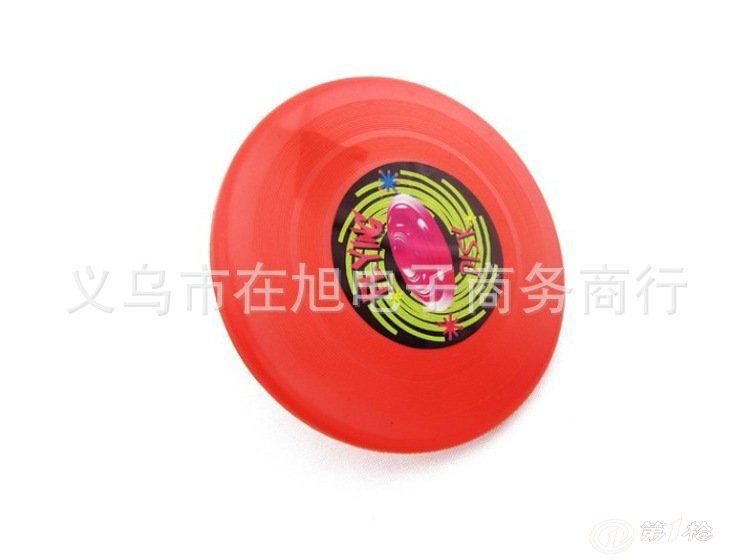 飞盘是大人小孩儿都爱玩儿的一种游戏工具.