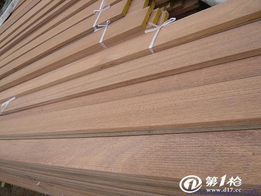 巴劳木分印尼巴劳木、马来西亚巴劳木。 巴劳木又名玉檀  俗称:稍木 其耐磨性好;开裂少;抗劈裂; 原木无需化学处理即可长期使用在户外;巴劳木颜色:浅至中褐色,部分微黄,时间长久可渐变为银灰和古铜色; 巴劳木特点: 1、属纯天然环保材,无需经过任何化学处理即可长期用在户外; 2、密度较高,平均密度接近于水的密度,水较难将木材完全渗透; 3、不用上油漆,原木颜色更显高贵且不影响木材的功能和寿命; 4、使用寿命比普通防腐木长(一到两倍); 5、高耐磨度的特点更适用于人流量较大的公共场所; 巴劳木 加工类型: