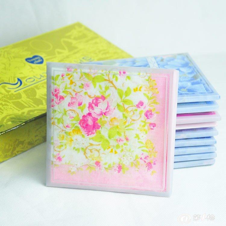各种各样的手绢纷纷涌现:正方的,正圆的,长方的,椭圆的,印花的,刺绣的