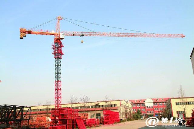 塔式起重机:塔式起重机(tower crane)简称塔机,亦称塔吊,起源于西欧。动臂装在高耸塔身上部的旋转起重机。作业空间大,主要用于房屋建筑施工中物料的垂直和水平输送及建筑构件的安装。由金属结构、工作机构和电气系统三部分组成。金属结构包括塔身、动臂和底座等。工作机构有起升、变幅、回转和行走四部分。电气系统包括电动机、控制器、配电柜、连接线路、信号及照明装置等。