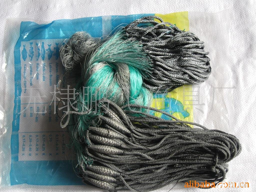 渔网从功能上分为刺网、曳网(拖网)、围网、建网和敷网。要求有高透明度(部分尼龙网)和强度,好的耐冲击性、耐磨性、网目尺寸稳定性和柔软性,适当的断裂伸长(22%~25%)。由单丝、复丝捻线(有结网)或单丝经编织(raschel,属无结网)、一次热处理(固定结节)、染色和二次热处理(固定网目尺寸)加工而成。   可以用于流网捕鱼、曳网捕鱼、捞鱼捕鱼、诱饵捕鱼和定置捕鱼。 或成为网箱,渔笼等捕捉用品制作制造原料。   渔业生产用的网具,有拖网、围网、撒网、定置网和网箱等。拖网和围网为海洋渔业捕捞用的重型网