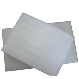 天然云母片是厚片云母经过剥分、定厚、切制、钻制或冲制而成。