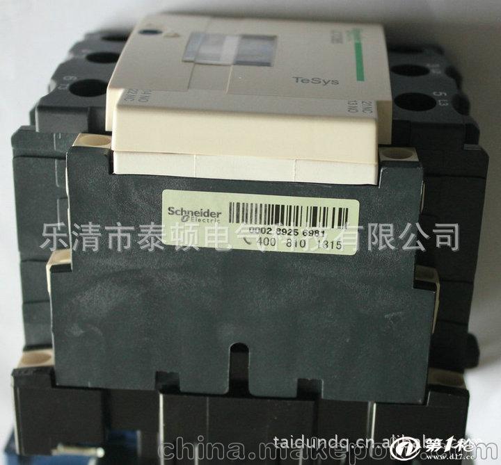 一、施耐德接触器介绍: , TeSys D系列交流接触器额定冲击耐受电压为6~8KV,防护等级为防直接手指接触IP 2X。适用于控制各种类型电动机、电容器、照明灯、电加热等设备。 , 特点: ,长寿命:机械寿命高达2000万次;电寿命高达200万次。 ,强适应性:TH防护处理,可以在湿热的环境中使用。 ,宽电压:线圈控制电压在70%-120%Uc之间波动,不影响产品正常工作。 ,强通用性:具有50Hz-60Hz通用线圈。 ,模块化:产品本体上可以附加辅助触头,通电/断电延时触头,机械闭锁等模块。也可