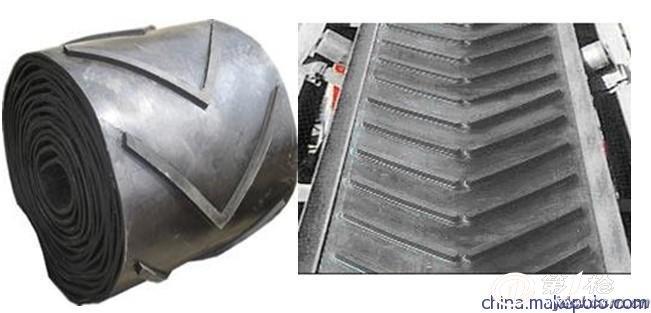 粒状花纹 特征:带面上有高出带体或凹嵌入带体的粒状花纹,也可将凹坑制成方孔形或棱形和布纹形。 用途:凸粒状花纹适用于软包装物或需有抓着力的物料输送(如纸板箱)或无滑动输送。 凹坑形粒状花纹适用于45度倾角的粒状物输送。 扇形花纹 特征:带面上有呈半扇形(或1/4圆型)花纹。当胶带成槽时花纹合扰成扇形(或半圆形)、属高花纹类。 用途:适用于60度大倾角输送粉、颗粒及块状物料。 花纹输送带宽度为2400mm。 花纹输送带是由基带和花纹两部分组成,由于运送物料不同和输送倾角大小不同,要求花纹形状和