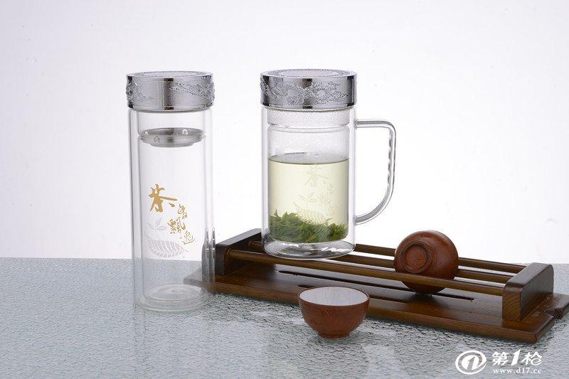 1.真空保温性能简易识别法:将开水倒入保温杯内顺时针旋紧瓶塞或杯盖2-3分钟后用手触摸杯身外表面, 如果杯身有明显的 温热现象,说明产品已经失去真 空度,不能达到良好的保温效果。 2.密封性能识别法:在杯加水后,按顺时针方向旋紧瓶塞和杯盖,把杯平放在桌面,应无水渗漏;杯盖与 杯口的旋合应灵活,没有间隙.