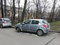 明明很规矩地停在辆车之间,唯独这辆被搞惨喷满泡沫胶,破绽在哪?