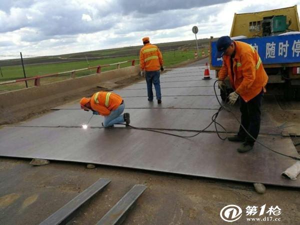 加固桥梁铁板铺装 消除安全隐患