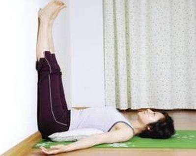 墙壁是一个练习瑜伽的不错助具呢