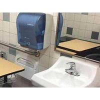 课桌被安排在厕所 学校差别对待学生惹怒家长